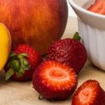 Nachmittagsbrei mit Erdbeere und Pfirsich
