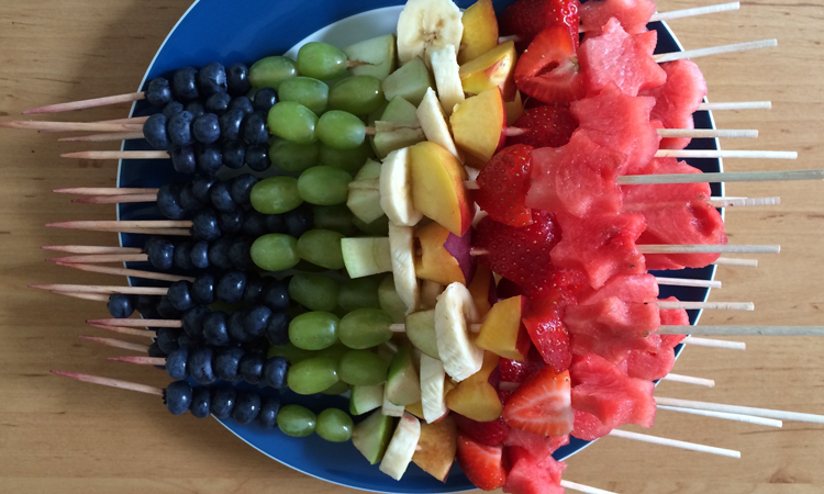 regenbogen fruchtspiesse